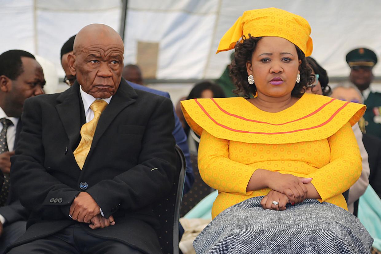 Thomas Thabane (L) met zijn derde vrouw Maesaiah in 2017.