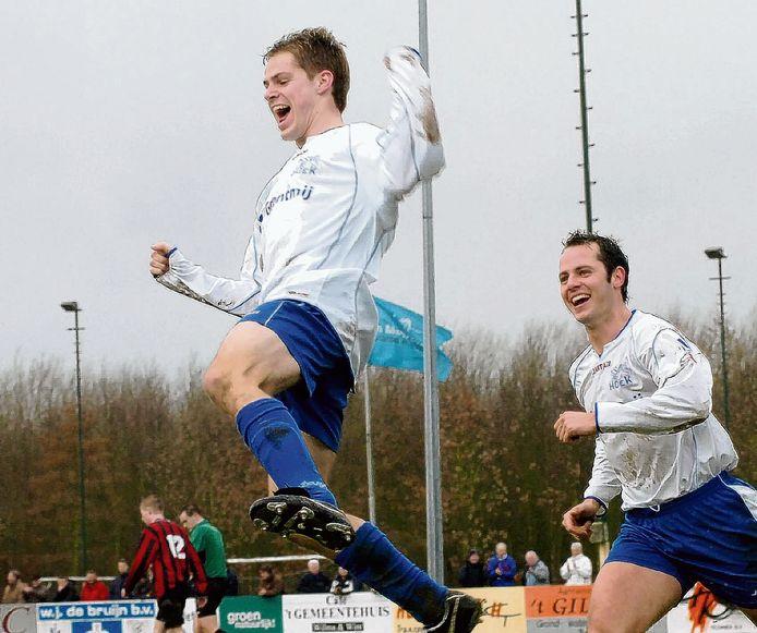 Istvan Bakx in het shirt van Hoek, met rechts van hem Sam Ysebaert.
