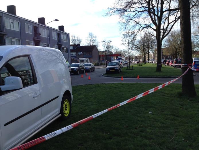 Geparkeerde auto's in de middenberm van de Proosdijerveldweg in Ede kort na het ongeval.