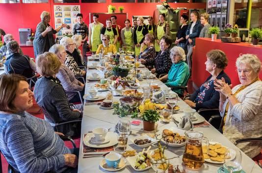 Leerlingen van het Elzendaal college in Gennep doen allerlei activiteiten met ouderen. De ochtend werd afgesloten met een luxe feestlunch.