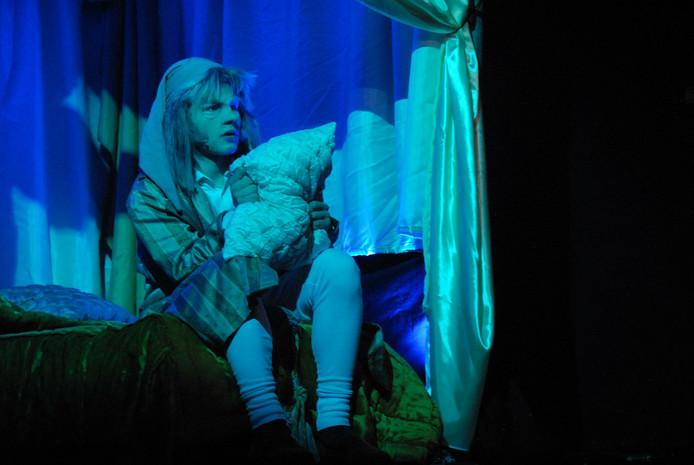 Op kerstavond en -nacht krijgt de gierige Scrooge bezoek van vier geesten, die hem uiteindelijk tot inkeer weten te brengen.