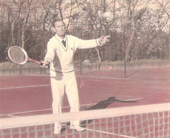 De vader van Bob Dekkers aan het werk als  tennisleraar