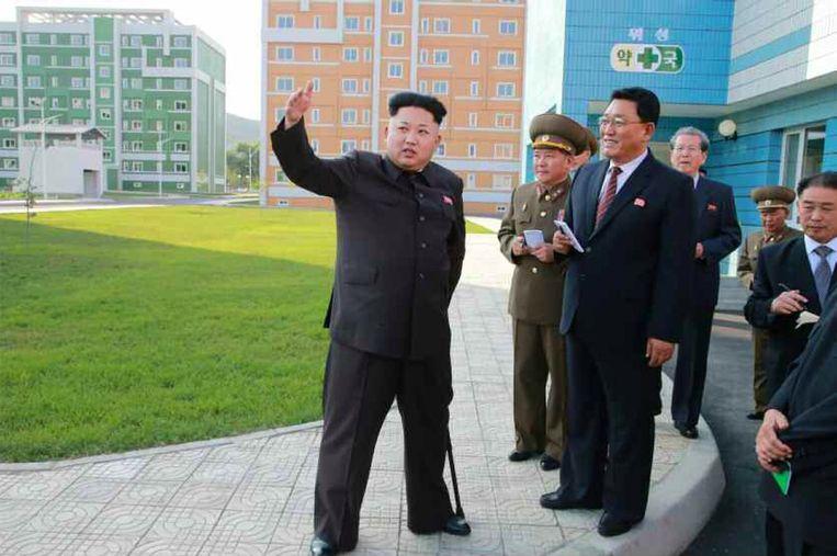 Kim Jong-un inspecteert een nieuw huizencomplex in de Noord-Koreaanse hoofdstad Pyongyang. Beeld afp