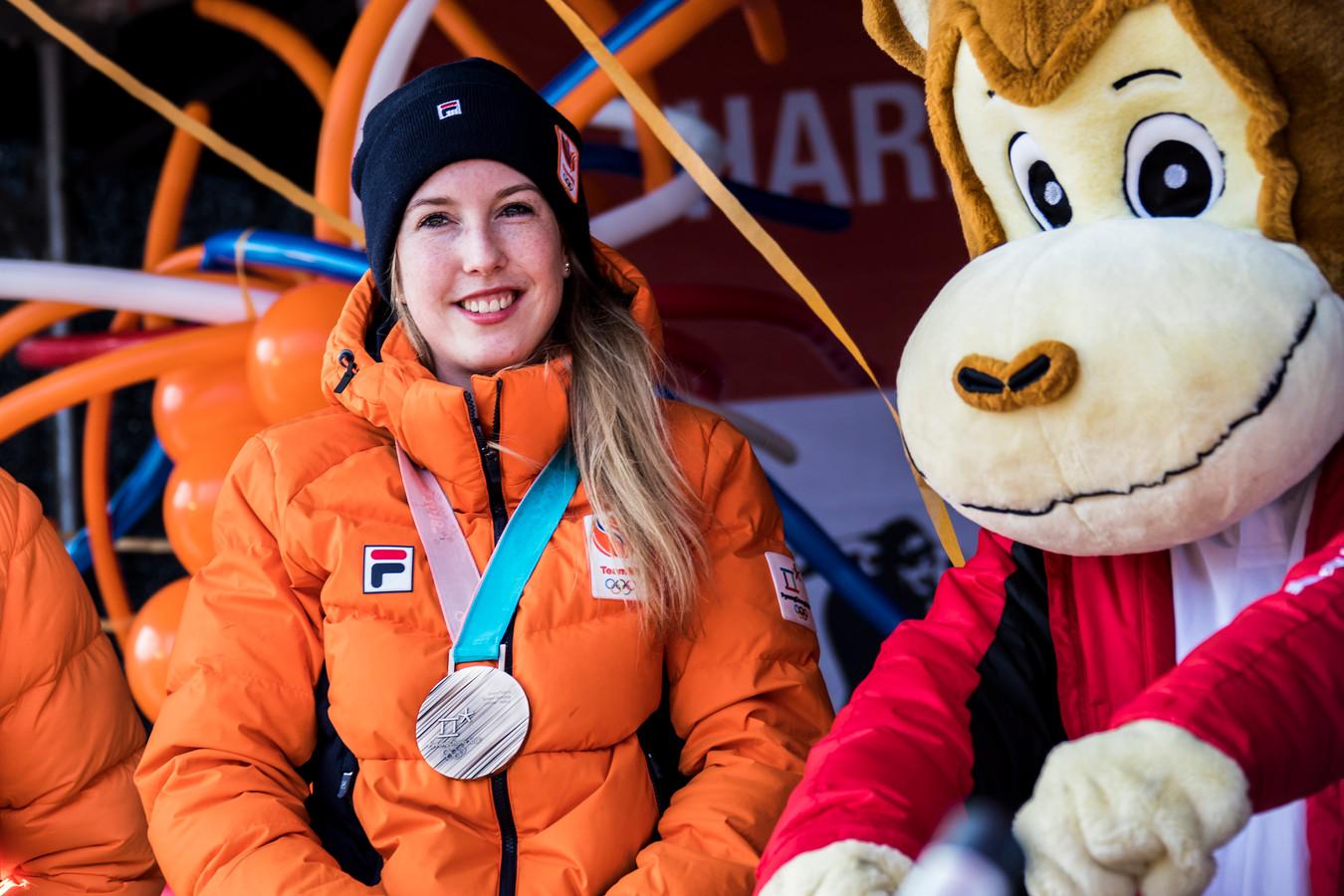 Lara van Ruijven op de ijsbaan in De Lier. Daar werd ze gehuldigd vanwege het winnen van de bronzen medaille op de Olympische Spelen.