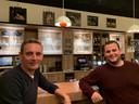 Voorzitter Pierre van Oort en bestuurslid Pim Pijnenburg van de dorpscoöperatie Biest-Houtakker aan de bar in café Ome Toon.