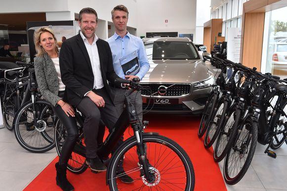 , Ilse Demol en Philip Vandewalle van  Volvo Sterckx-De Smet en Johan Huygens van Scott-Granville bij de elektrische vervangfietsen.
