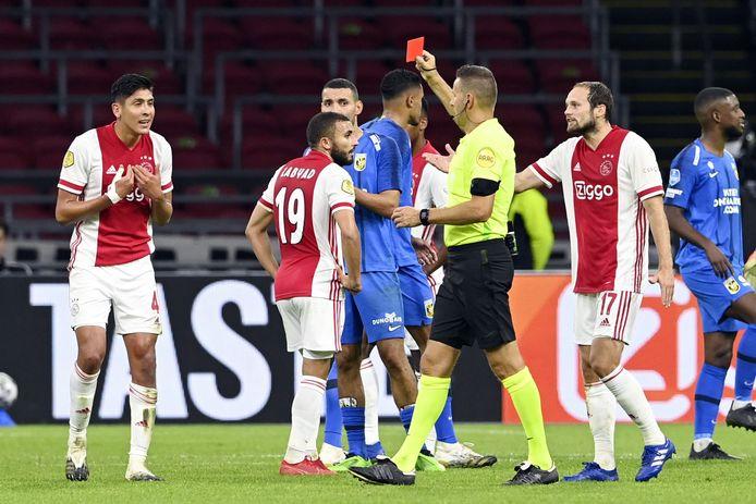 Álvarez (l) krijgt de rode kaart van scheidsrechter Van Boekel.