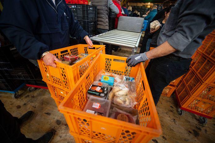 Voedselpakketten worden klaargemaakt bij de voedselbank in de Egbertuskerk.
