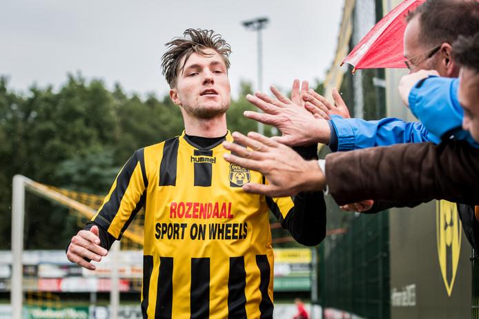 Daniël van Warven viert een doelpunt voor DVS'33 met het publiek.