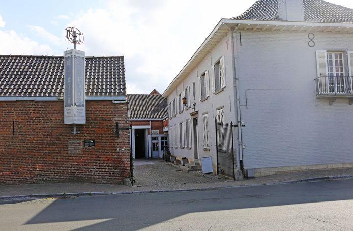De charmante brouwerij bevindt zich vlakbij de Sint-Remigiuskerk van Wambeek.