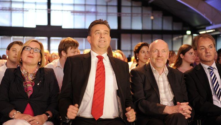 SP-leider Emile Roemer (2eL) wordt tijdens het congres van de Socialistische Partij in Den Bosch geflankeerd door zijn vrouw Aimee (L) en de vice-premier van IJsland, Steingrimur Sigfusson. Rechts partijgenoot Harry van Bommel. Beeld anp