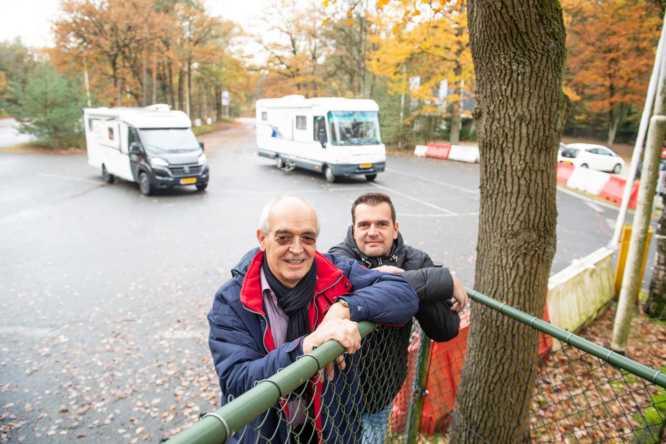 Vader Gerrit Jan en zoon Geert-Jan Rozendom op de slipbaan die wordt omgetoverd tot een camperterrein.