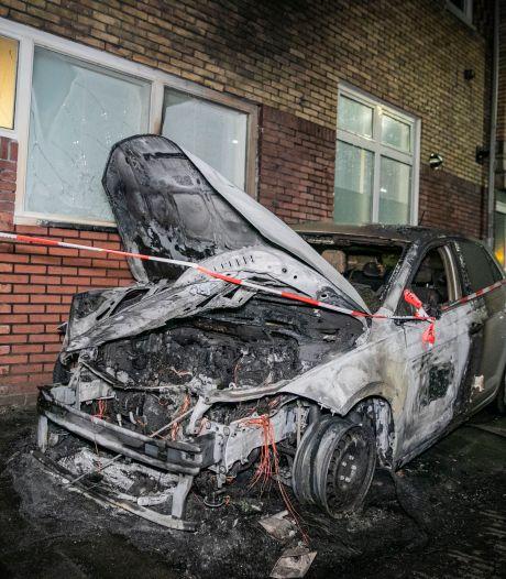 Vijfde autobrand in een week tijd in Arnhem, brandweer voorkomt overslag naar woning