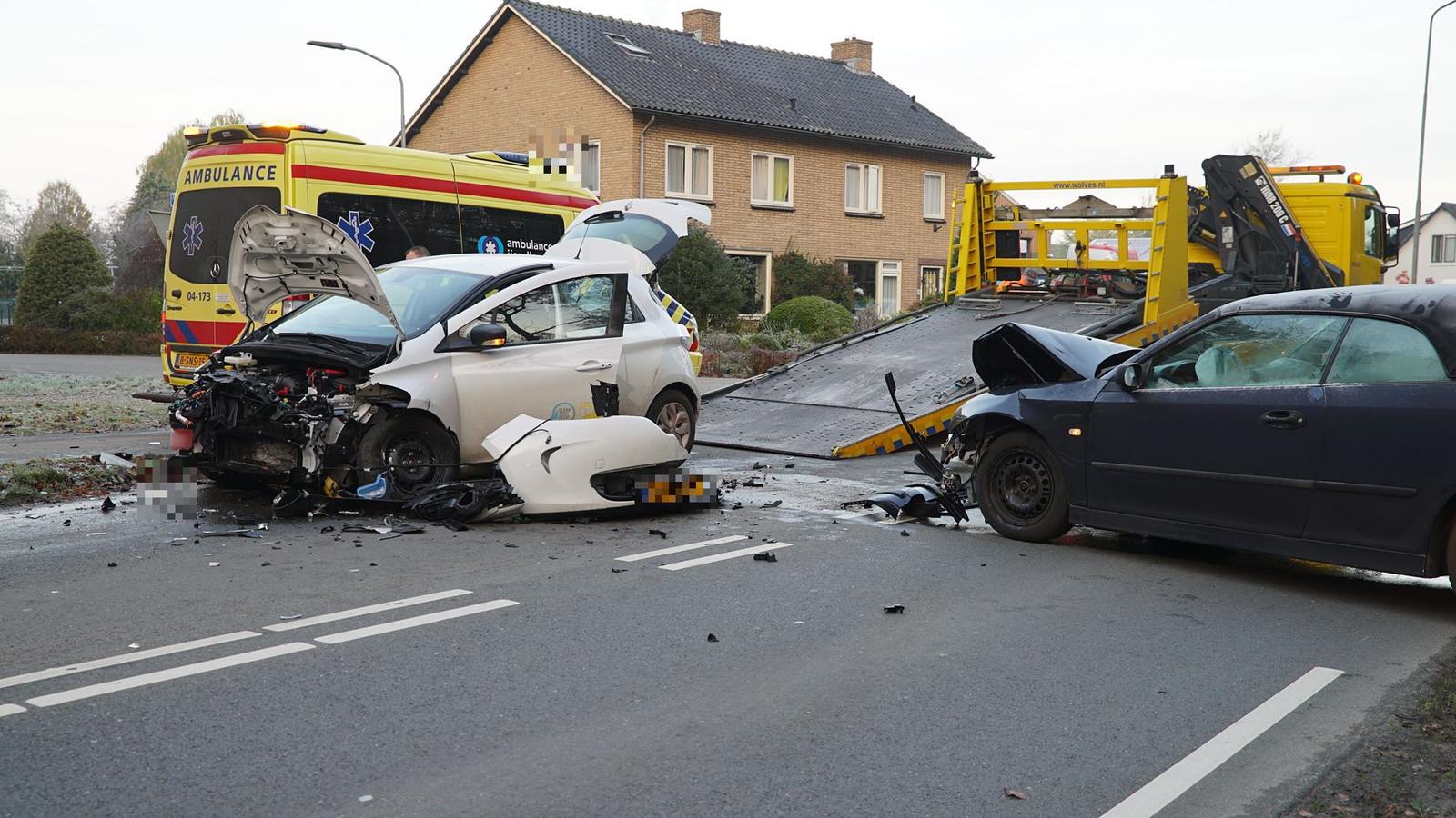 Ravage op de H.W. Iordensweg in Twello na een frontale aanrijding.Een van de twee bij het ongeluk betrokken auto's kwam door onbekende oorzaak op de verkeerde weghelft en botste frontaal op de tegenligge