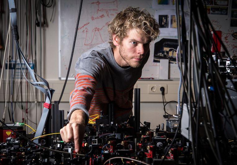 Onderzoeker Bas Hensen bij de proefopstelling: 'Maandenlang lukte het niet.' Beeld Frank Auperle