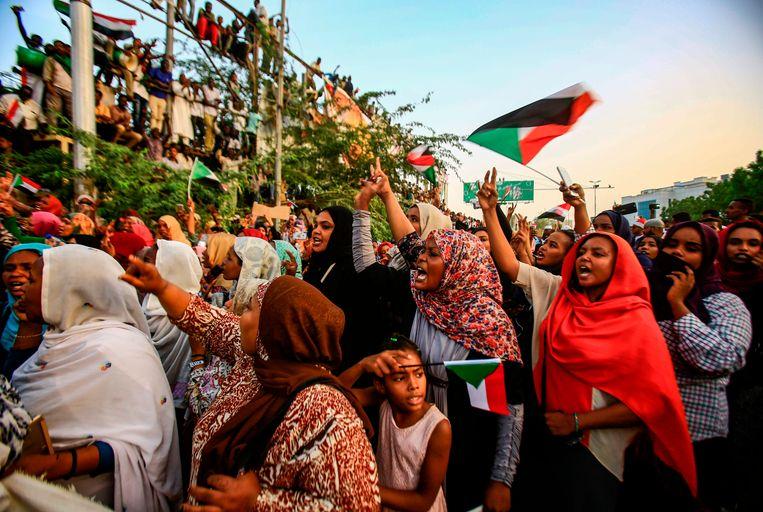 Soedanese vrouwen betogen in de hoofdstad Khartoum tegen de militaire machthebbers en voor een burgerleiding aan het hoofd van het land. Beeld AFP