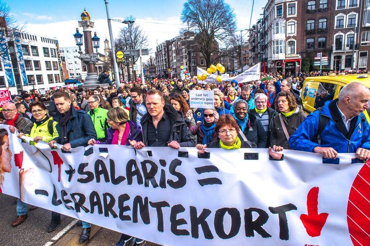 Lerarenprotest in Amsterdam. Leraren staken al maanden voor een hoger salaris en een lagere werkdruk. Beeld Joris Van Gennip