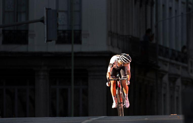Kragh Andersen van Team Sunweb rijdt door een streep zonlicht en kijkt om of hij uit de greep van het peloton blijft .  Beeld Klaas Jan van der Weij