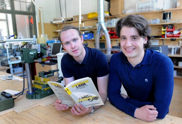 Bert Jan Lobregt (links) en Onno Wijnberg bereiden zich voor: ,,Als de auto maar kan rijden, da's het belangrijkste.''