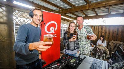 """Qmusic-dj Sam De Bruyn maakt twee uur lang radio in tuin van familie Hallaert: """"We hebben Oostkamp in de kijker gezet"""""""