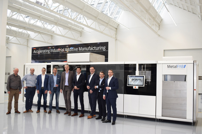 De partners van K3D Addfab bijeen met (vlnr) Hans Reutelingsperger (NTS), Paul Neggers (NTS), Jaap Bulsink (K3D), John Hagelaars (Machinefabriek de Valk), Edward Voncken (KMWE), Luuk Wissink (K3D), Jan-Cees Santema (Additive Industries), Ilko Bosman (Additive Industries) en Daan Kersten (Additive Industries).