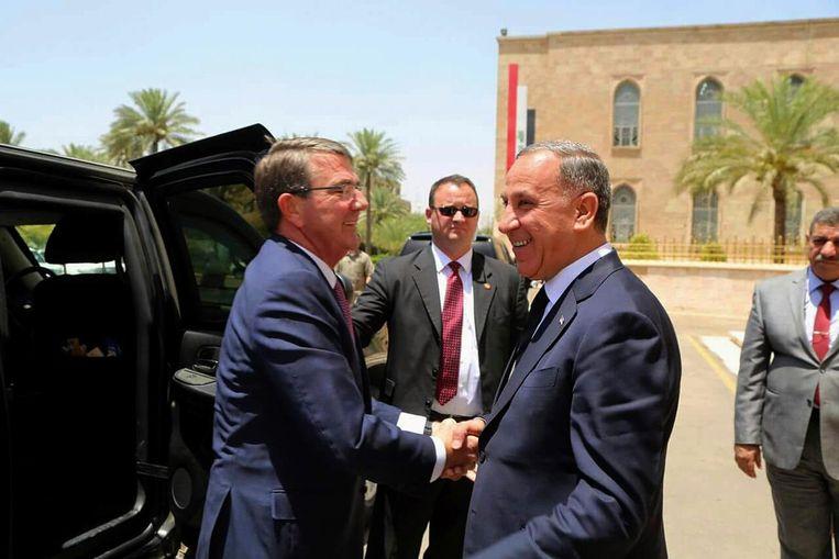 Minister van Defensie Carter met zijn Iraakse collega Al-Obeidi. Beeld AP