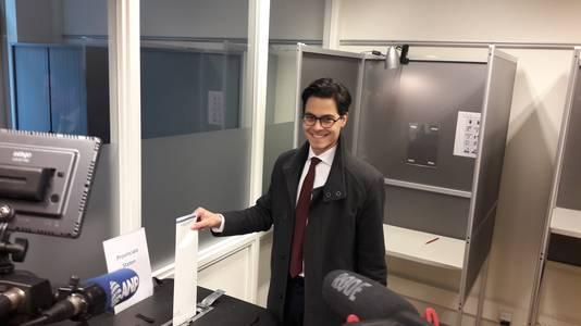 D66-fractieleider Rob Jetten brengt in Ubbergen zijn stem uit.