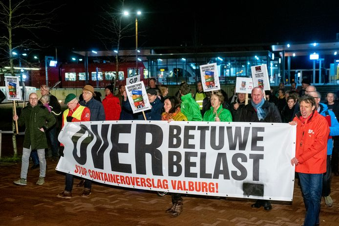 Iets meer dan honderd inwoners van Overbetuwe waren vanavond op de been voor een protestmars tegen de bouw van een railterminal bij Reeth en Valburg langs de Betuweroute en de A15.