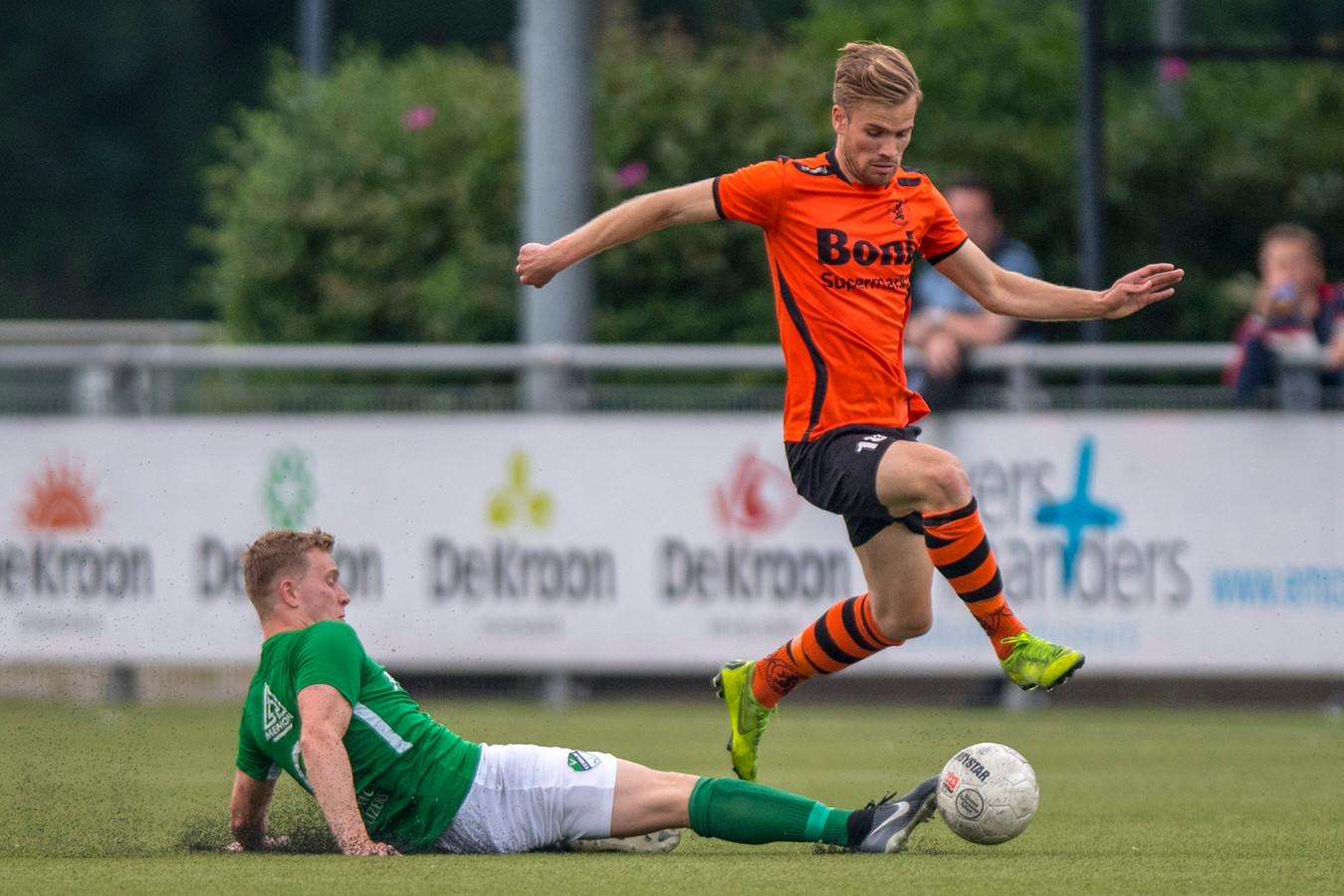 Adriaan Kruisheer (oranje) zette Sparta Nijkerk met de 1-0 op het goede spoor.