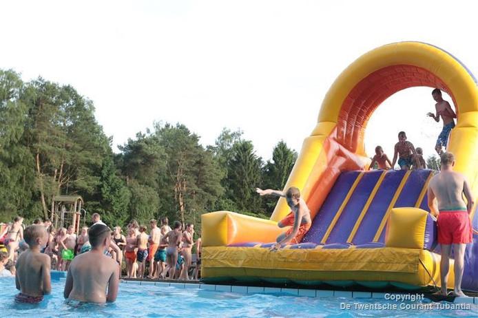 Beeld van de behendigheidsspelen direct na afloop van de eerste avond van de zwemvierdaagse in Vroomshoop.