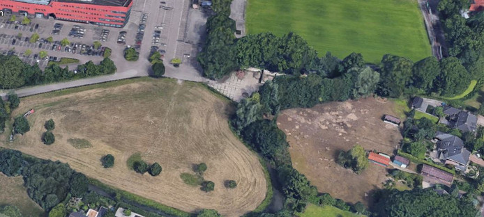 Het grasveld bij stadion De Vliert waar de gemeente Den Bosch en woningcorporatie Zayaz 54 tijdelijke woningen willen.