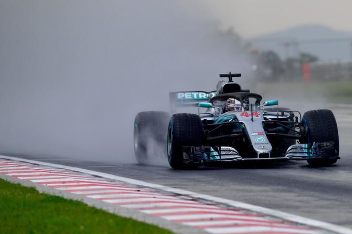 Lewis Hamilton in de regen.