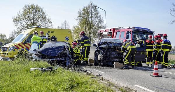 Twee zwaargewonden bij frontale botsing in Almkerk.