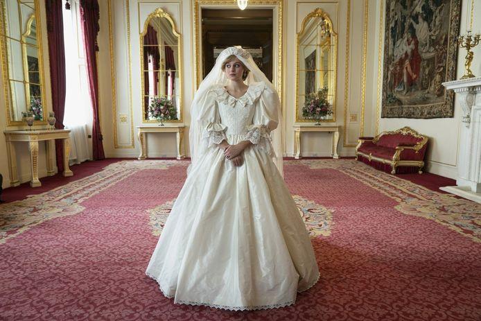 """Corrin in een exacte kopie van de wereldberoemde trouwjurk. """"Er waren vijftien mensen nodig om me erin te hijsen."""""""
