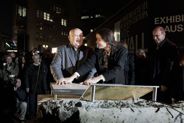 Voormalig Sovjet-leider Michael Gorbatsjov liet vrijdag zijn handafdruk vereeuwigen, zodat die bij een laatste stuk Muur kan worden geplaatst. Beeld Daniel Rosenthal / de Volkskrant