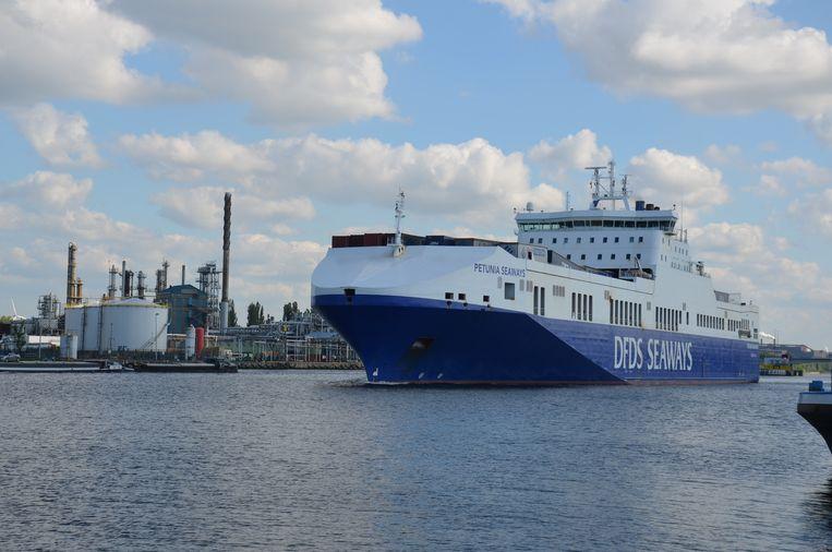 Een zeereus op het kanaal Gent-Terneuzen. Vanaf 2021 kunnen er dankzij de nieuwe zeesluis nog grotere schepen varen, maar wel op voorwaarde dat er in Zelzate een diepere tunnel komt.