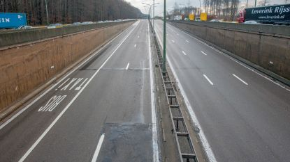 Auto over de kop bij ongeval in Leonardtunnel, bestuurder gewond
