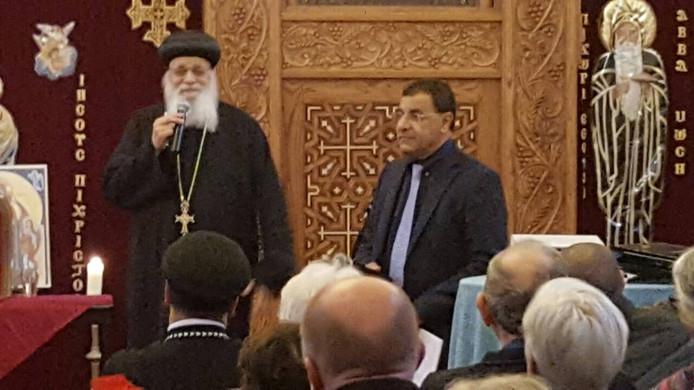 De koptische bisschop Anba Arseny  (links) met Boshra Malak van de koptische kerk in Kapelle tijdens een eerdere dienst.