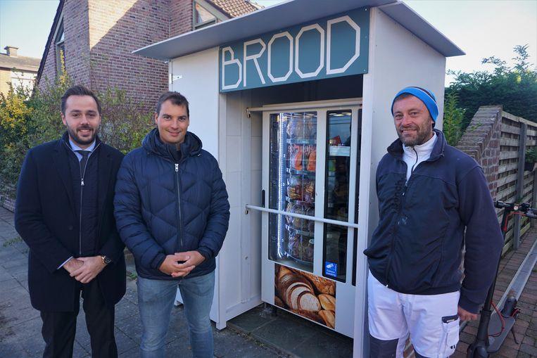 Michaël Van Poucke (rechts) en zijn vrouw  installeerden een broodautomaat. Het initiatief wordt positief onthaald door burgemeester Defreyne (links) en schepen Depoorter.