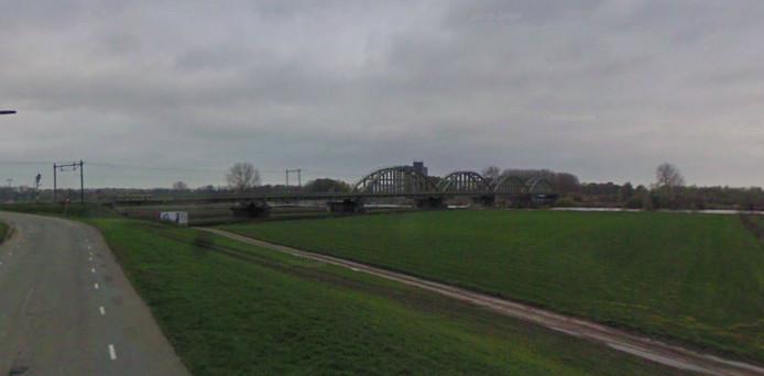 Rover wil dat er wordt gekeken naar een spoorverdubbeling op de brug bij Ravenstein. Bron Google Streetview