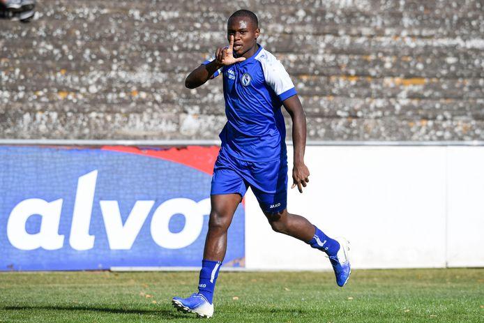 Holly Tshimanga viert een van de twee doelpunten die hij zondagnamiddag maakte voor Rupel Boom.