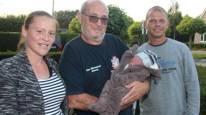 """Sabrina (34) bevalt op parking Bon'Ap in ziekenwagen van brandweer Wichelen: """"Baby kon niet langer wachten"""""""