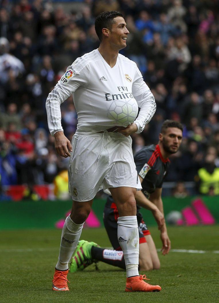 Ronaldo met de bal onder zijn shirt. Beeld Reuters