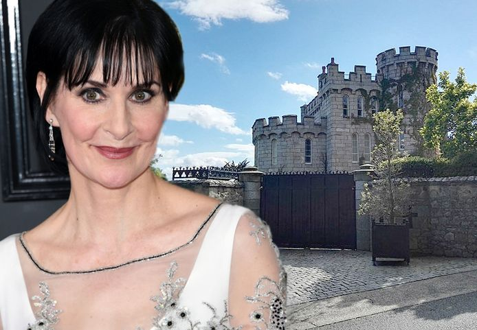 De Ierse zangeres Enya en haar kasteel.
