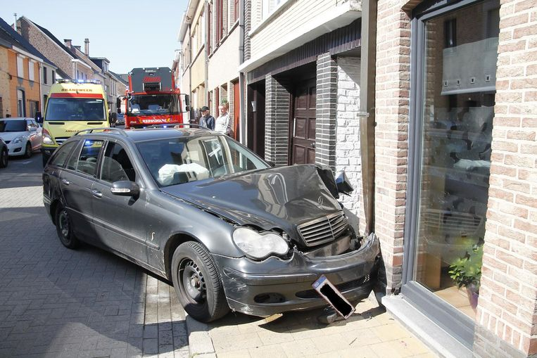 De Mercedes reed in op de hoek van de woning en liep zware schade op.