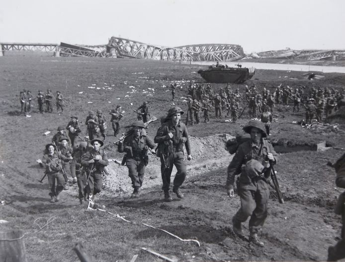 De foto waar de heer Binnendijk naar verwees: een grote groep Canadezen en Engelsen is de IJssel tussen Westervoort en Arnhem overgestoken. Op de achtergrond de opgeblazen spoor- en verkeersbruggen. In het voorjaar van 1945 begonnen de Rijn-crossings. Tienduizenden soldaten en duizenden voertuigen trokken door Duitsland en via Zevenaar en Duiven richting Westervoort. Het duurde drie tot vier dagen voor het merendeel de IJssel over was. Westervoort was net als Arnhem verlaten. Soldaten zaten te kaarten en te dammen of schreven brieven naar huis.