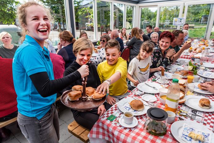 De lunch werd vanwege de kou van de stal naar de serre van de Volkelse Hooiberg verplaatst. Daar treurden weinigen over.