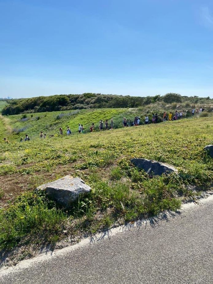 Lange rij van mensen voor de betaalautomaat bij Slag Beukel in 's-Gravemzande.