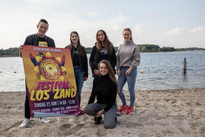 De jonge festivalorganisators op het strand van Berkendonk. Vlnr: Dylan Denkers, Melanie Dennemans, Kenza Gammoun, Jill Hendriks. Zittend: Evy van Keijzerswaard.