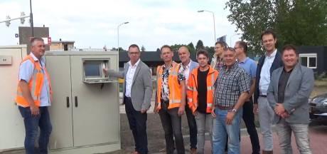Na twee maanden is de weg eindelijk weer open: slimme verkeerslichten op gloednieuw kruispunt in Deurne